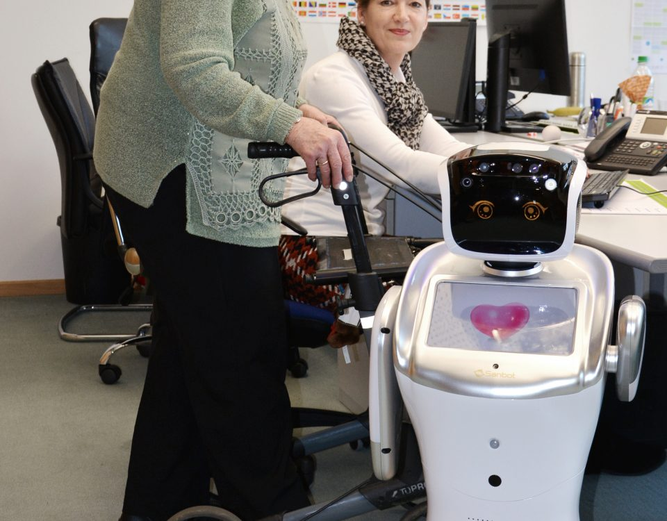 """INNOVATIONSLABOR """"KOLLABORATIVE ROBOTIK"""" – Lehrstuhl für Software Engineering C&S entwickeln Roboter Testanwendung in der Altenhilfe."""